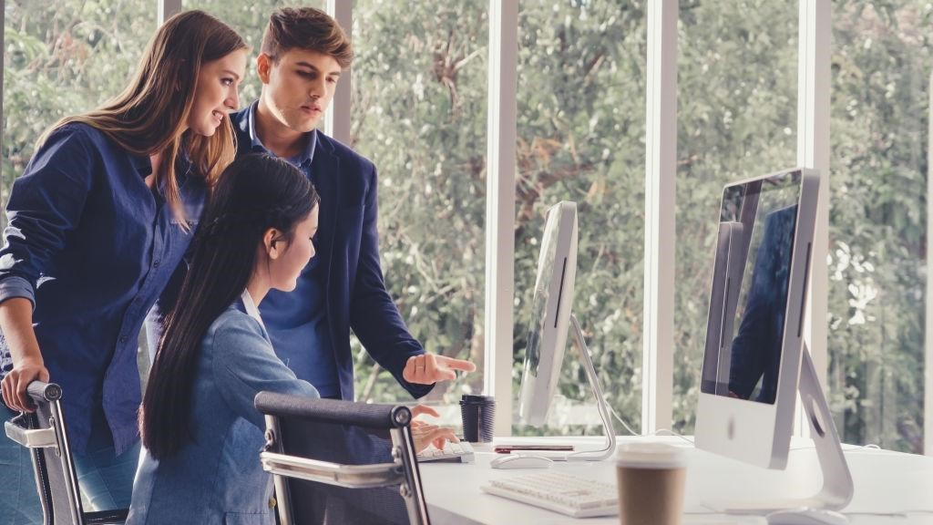 Ilustrasi pekerja kantor sedang diskusi